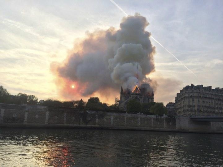 Katedrála Notre-Dame v Paříži je v plamenech
