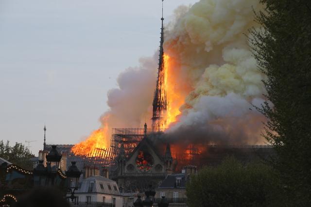 Katedrála Notre-Dame hoří, přišla už o střechu i věž