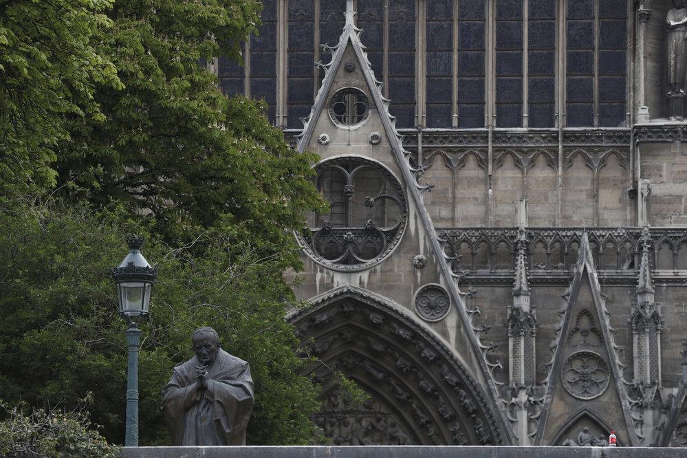 Požár Notre-Dame mají hasiči pod kontrolou, podle náměstka ministra vnitra však ještě není zcela uhašen, (16.04.2019).