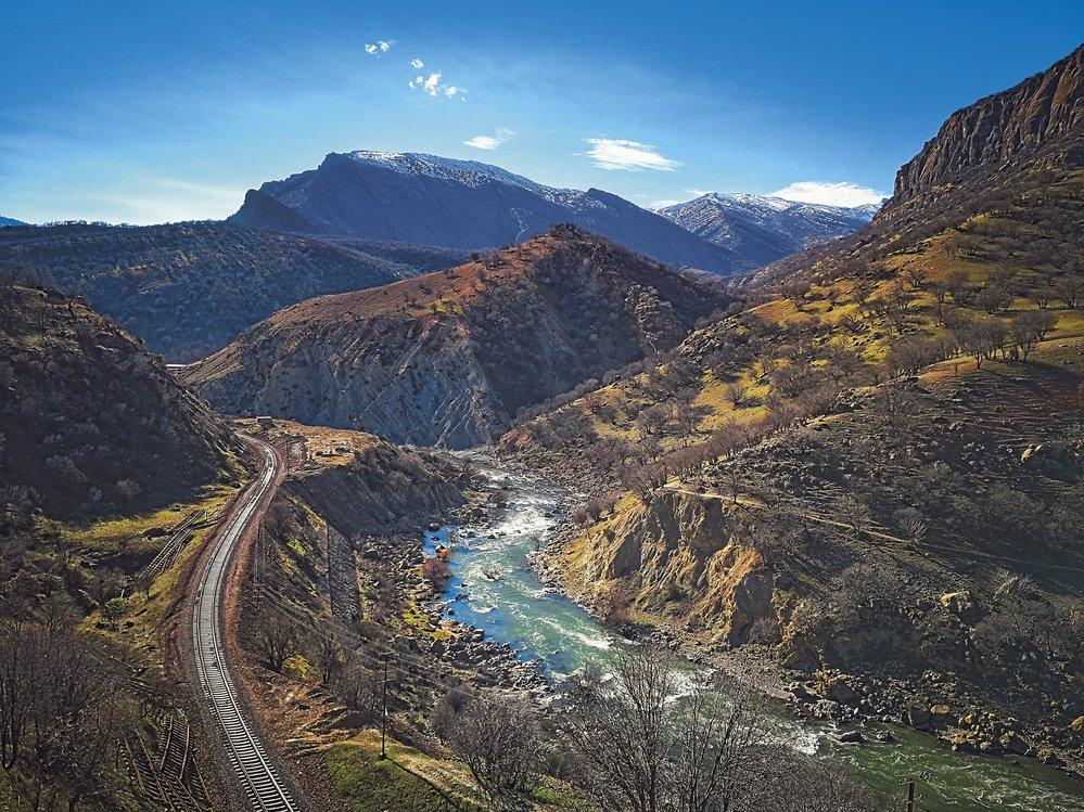 IvÍránu existuje vyhlídková železnice, jaké známe například ze Švýcarska. Kroutí se údolím řeky Dez mezi městy Dorud aAndimešk anabízí krásné výhledy.
