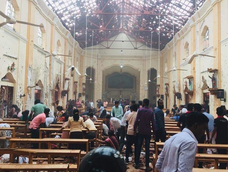 První fotografie z místa ukazují hrůzu v kostelích po výbuších