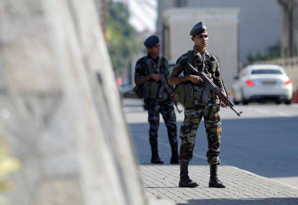 Ulice na Srí Lance hlídají den po teroristických útocích vojáci. (22.4.2019)