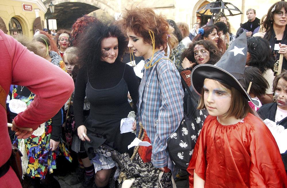 K oslavě filipojakubské noci patří převlékání do kostýmů čarodějnic.