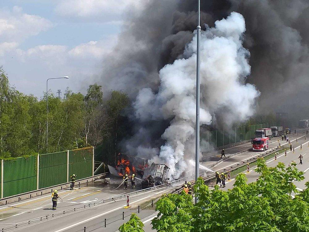 Děsivě vypadající dopravní nehoda na Pražském okruhu.