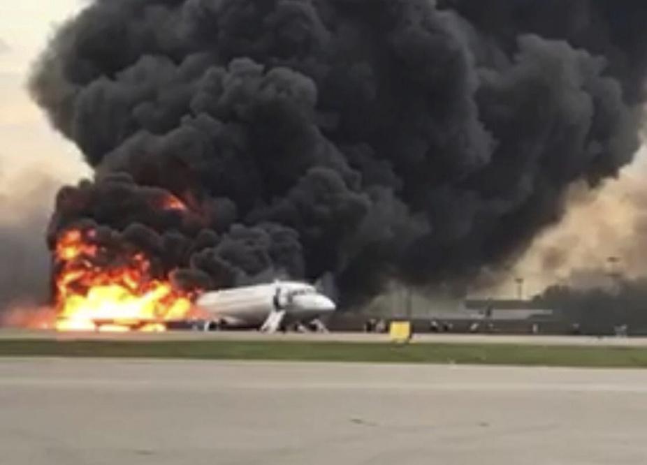 Při leteckém neštěstí v Moskvě zahynuly čtyři desítky lidí (5.5.2019)