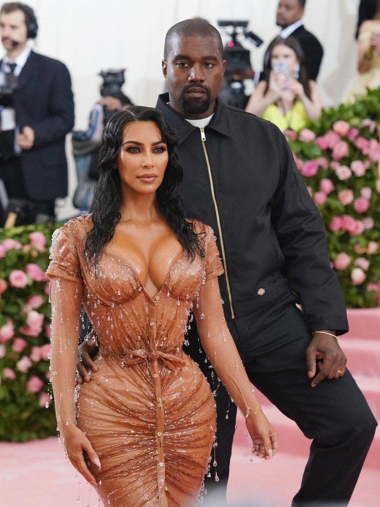 """Kim Kardashian na Met Gala šokovala svým """"mokrým"""" modelem"""
