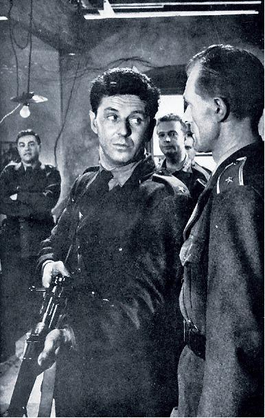 Strážmistr Zeman (Jiří Vala) a poručík Kot (Radovan Lukavský).