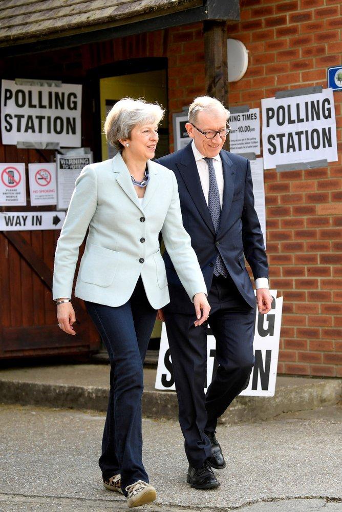 Britská premiérka Theresa Mayová a její manžel Philip u eurovoleb (23. 5. 2019)
