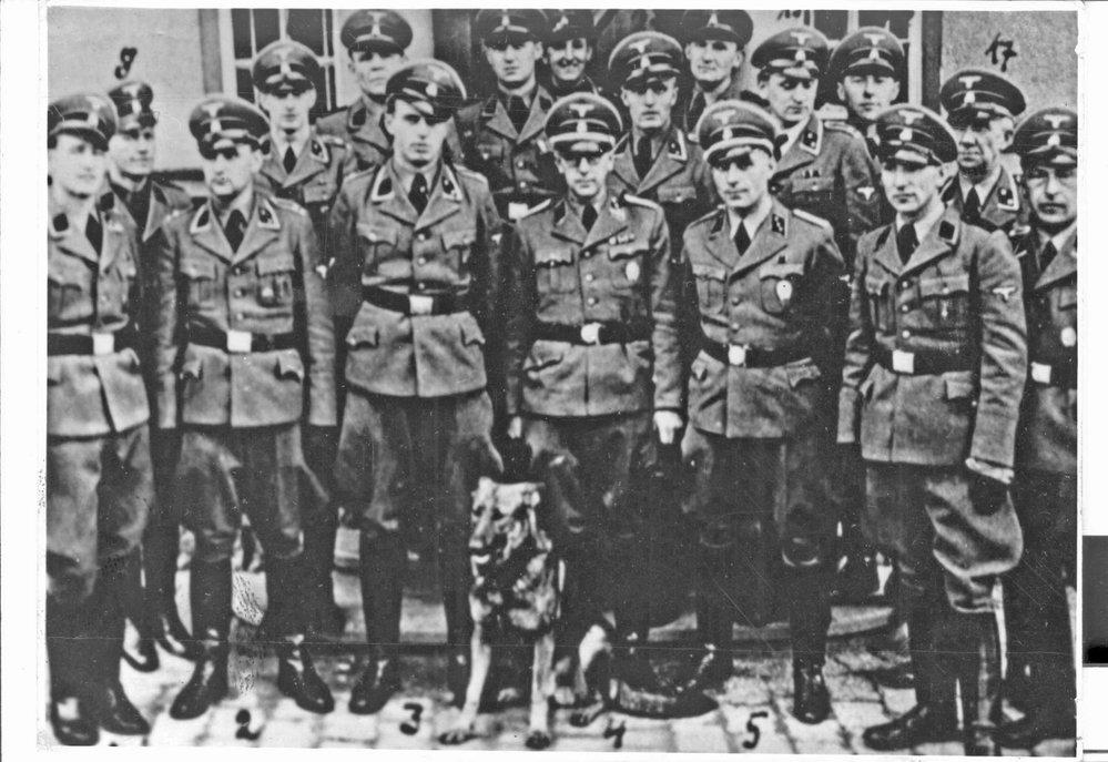 Skupinová fotografie členů klatovského gestapa. Uprostřed se psem velitel služebny Heinrich Winkelhofer, popravený v ČSR, po jeho pravici stojí Kilian Rupprecht.