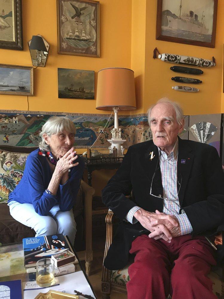 Spisovatel Jean Raspail s manželkou, jak je na návštěvě v jejich pařížském bytě zvěčnila česká překladatelka a vydavatelka knihy