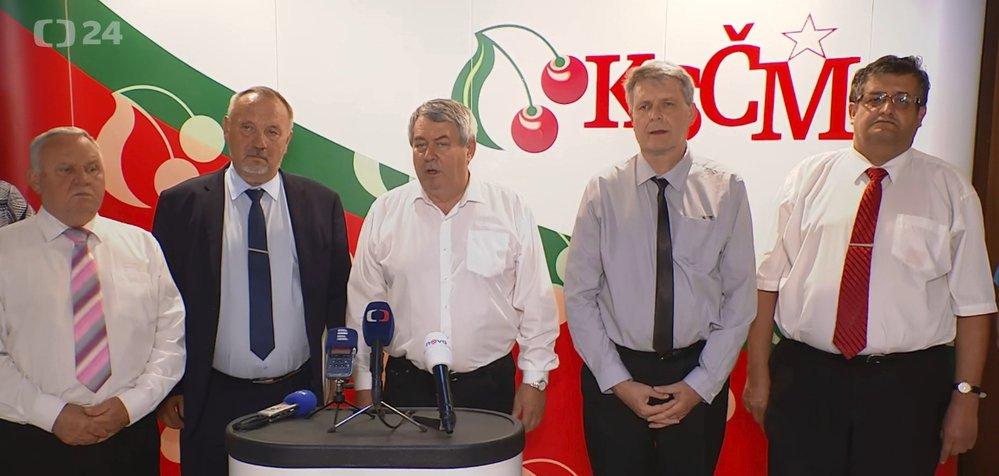 Vedení KSČM v čele s Vojtěchem Filipem (uprostřed) po programové konferenci (8. 6. 2019)
