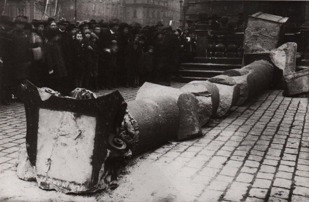 Historické fotografie Mariánského sloupu na Staroměstském náměstí