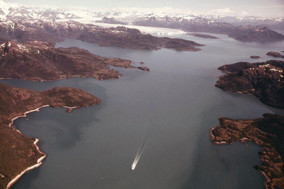 Aljaška z ptačí perspektivy. V pozadí Kolumbijský ledovec, který od té doby ustoupil o zhruba 20 kilometrů (srpen, 1974).
