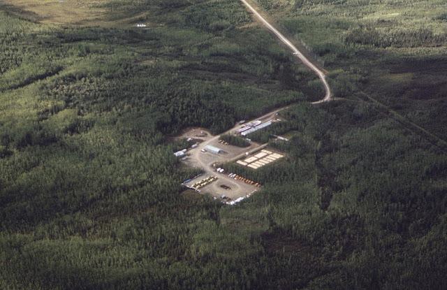 Základna pro stavbu Aljašského ropovodu uprostřed divočiny (srpen, 1974).