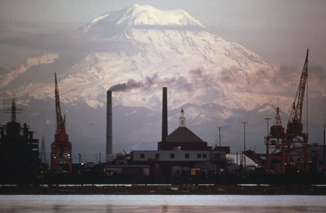 Mount Rainer a průmyslová oblast v Tacomě (duben, 1973).