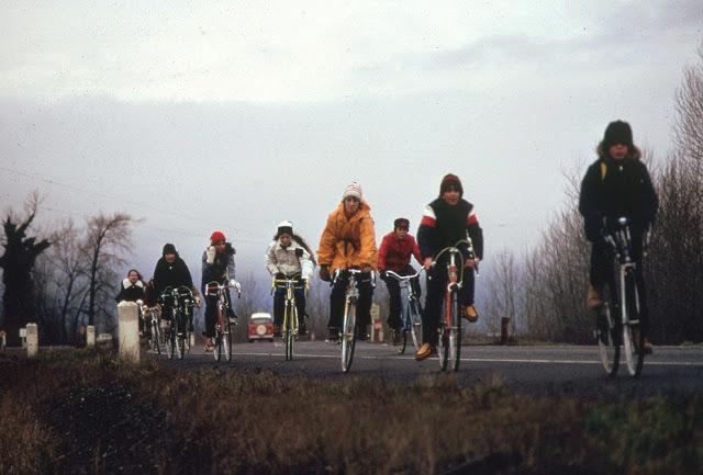 Děti byly nuceny jezdit na školní výlety na kolech (listopad, 1974).