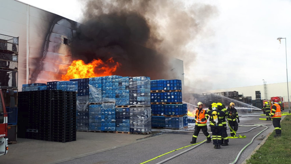 Požár průmyslové haly v Bezděčíně u Mladé Boleslavi. Jeden hasič se při něm poranil