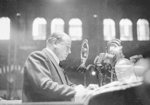 Édouard Daladier při rozhlasovém projevu ke spoluobčanům.