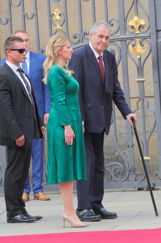 Slovenskou prezidentku Zuzanu Čaputovou na Pražském hradě přivítal prezident Miloš Zeman