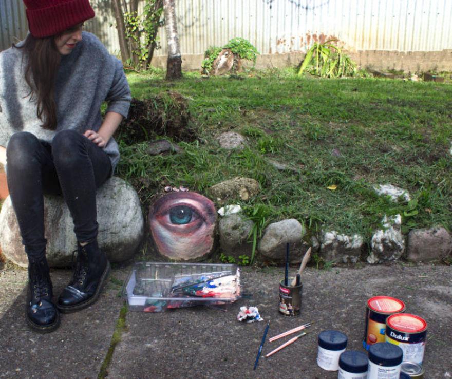 Australská malířka Jennifer Allnuttová, která umisťuje pomalované kameny do tasmánské přírody, se svými pracovními nástroji.