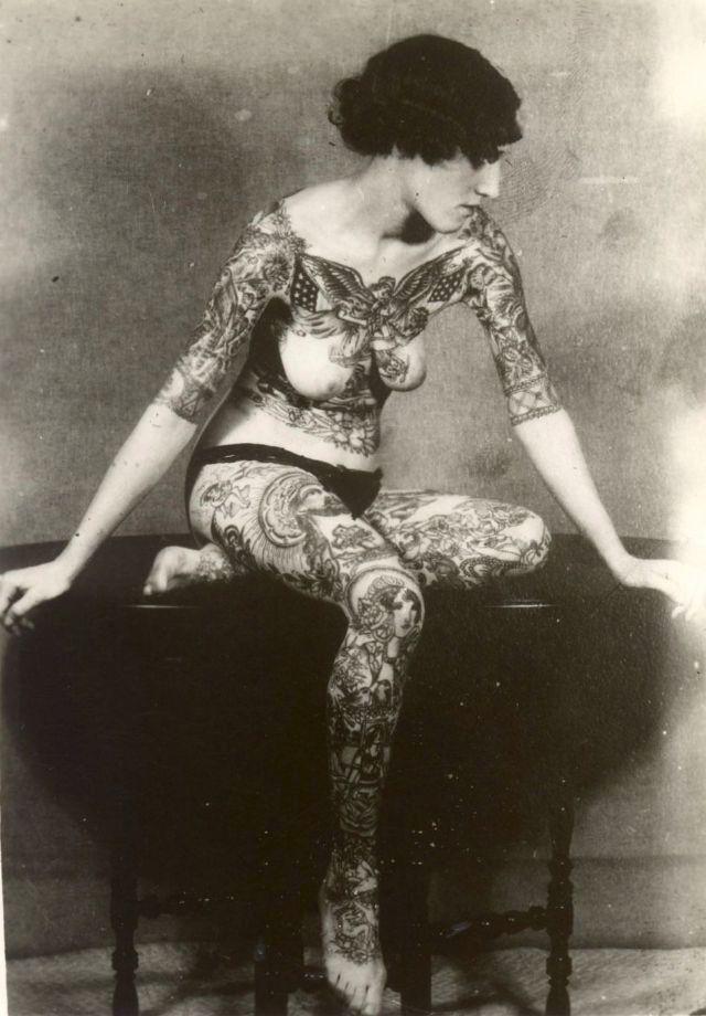 Ženy potetované v době, kdy to bylo společensky nepřípustné:kolem roku 1920