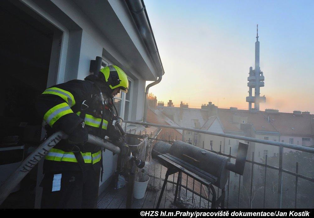 Požár terasy obytného domu na Žižkově.