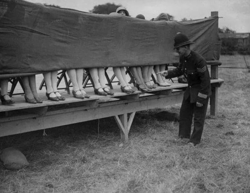 1930 – Policista jako porotce soutěže o nejkrásnější kotníky.