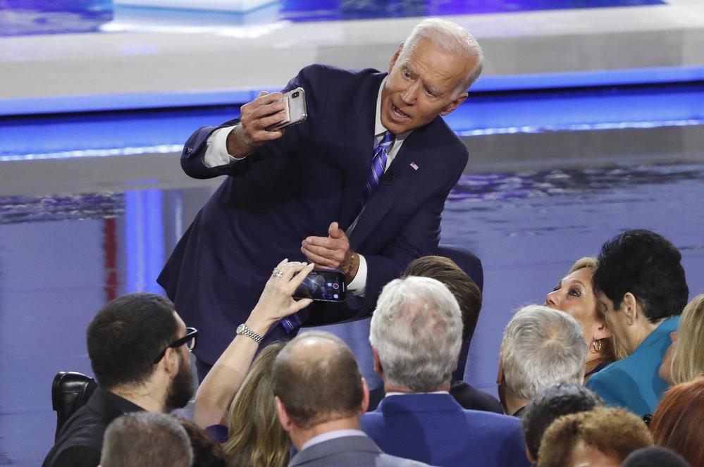 Focení selfie podlehli i politici, na snímku Joe Biden.