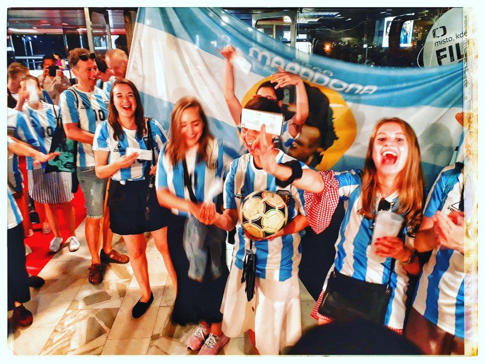 Fanoušci najatí distribuční firmou na festivalu Karlov Vary podporují film Diego Maradona