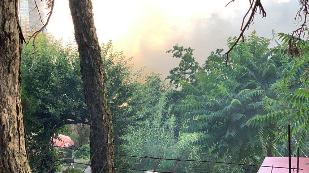 V Libni zasahují pražští hasiči u rozsáhlého požáru pneumatik.