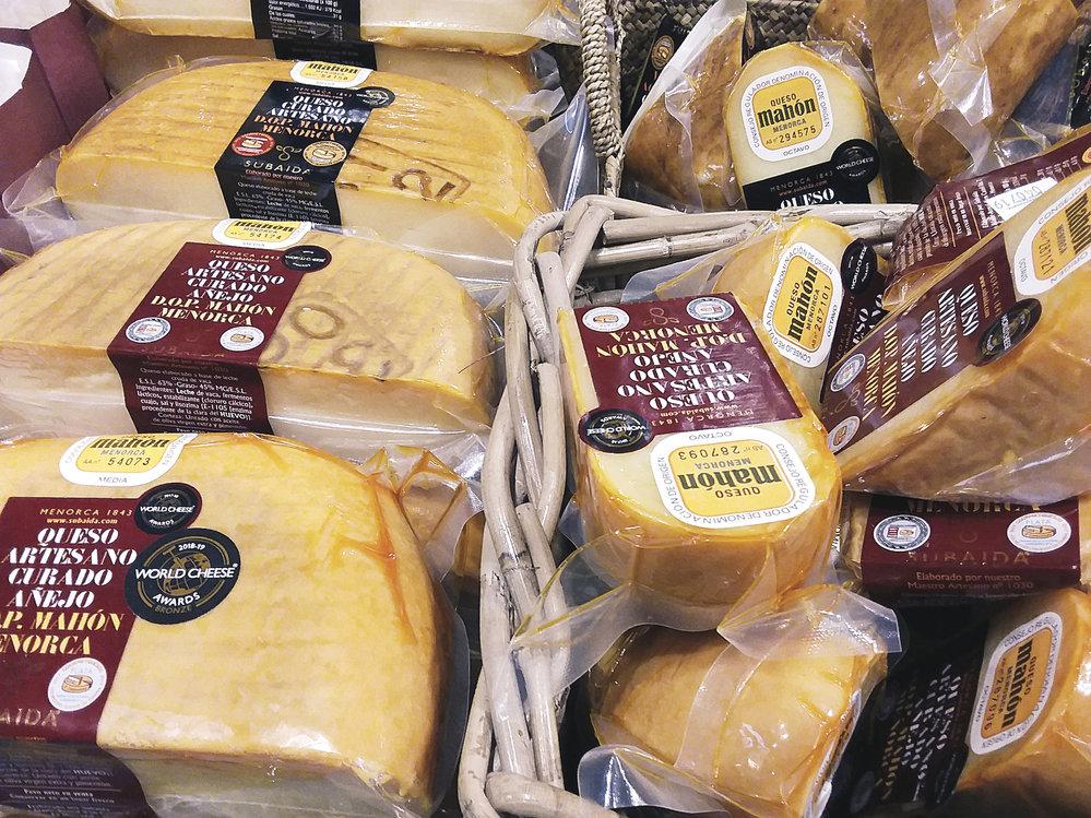 Jako suvenýr si domů můžete odvézt sýr Mahon