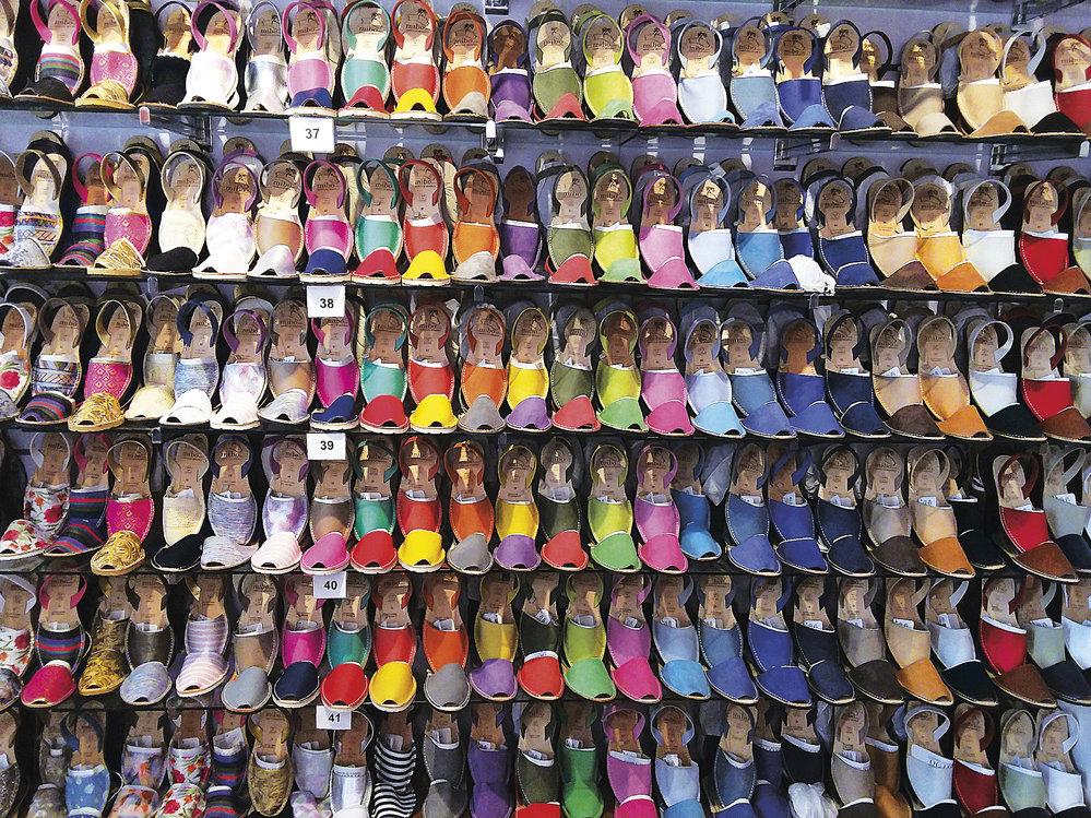 Nabídka tvarově tradičních sandálů je lákavá (Ciutadella, staré město)