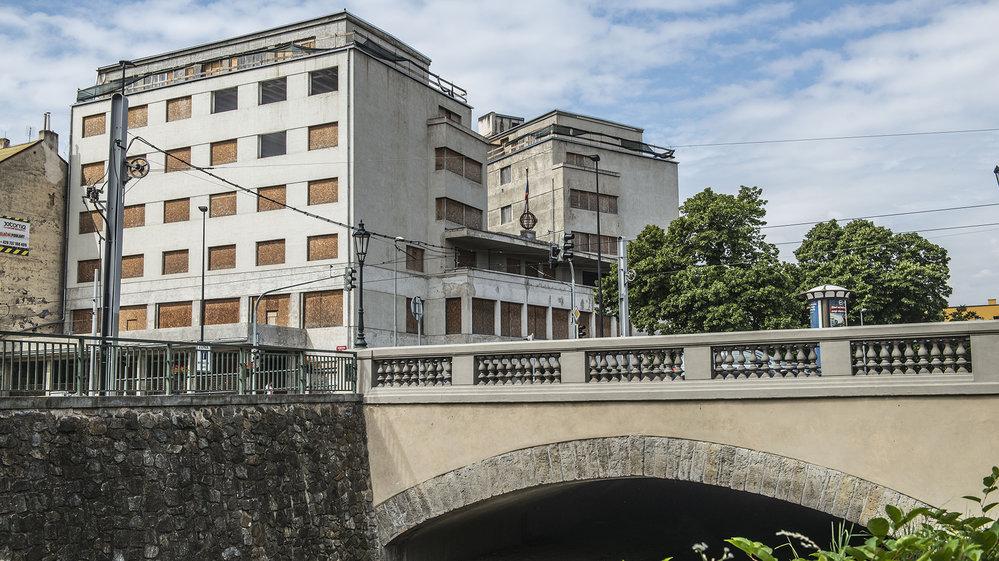 Chátrající palác Svět. Budova stojí na nároží Elsnicova náměstí, ulic Chocholouškova a Zenklova v Praze 8-Libni nedaleko od Rokytky.