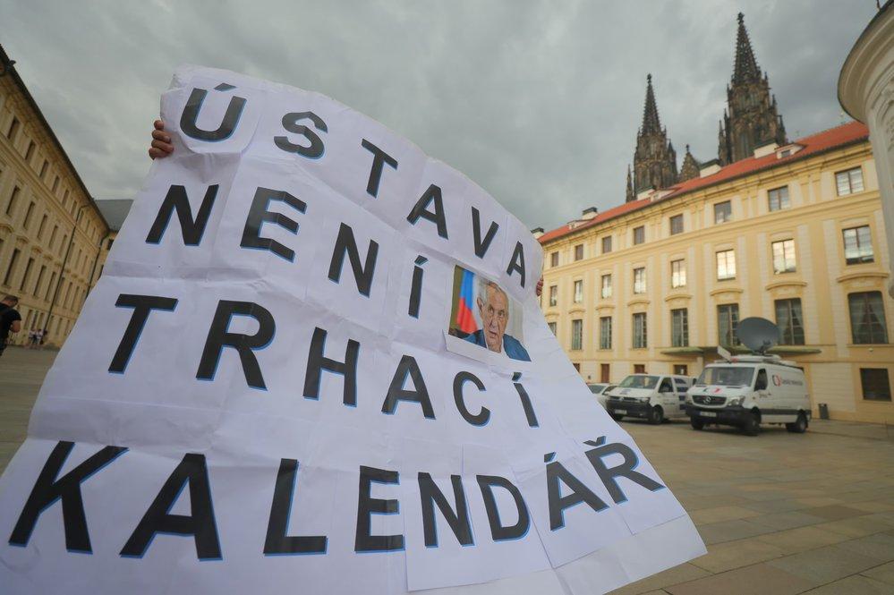 K tiskové konferenci se připojil i aktivista s transparentem, který odkazuje na slova předsedy KDU-ČSL Marka Výborného, že ústava není trhací kalendář