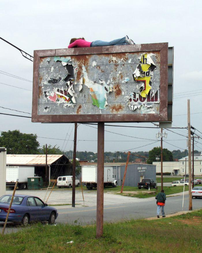 Pouliční instalace Marka Jenkinse, které nutí kolemjdoucí přemýšlet o hranici mezi realitou a iluzí