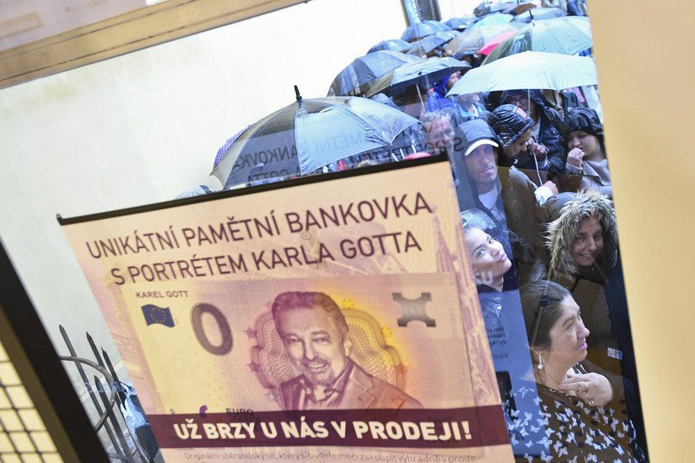 V centru Prahy jsou davy fanoušků Karla Gotta.