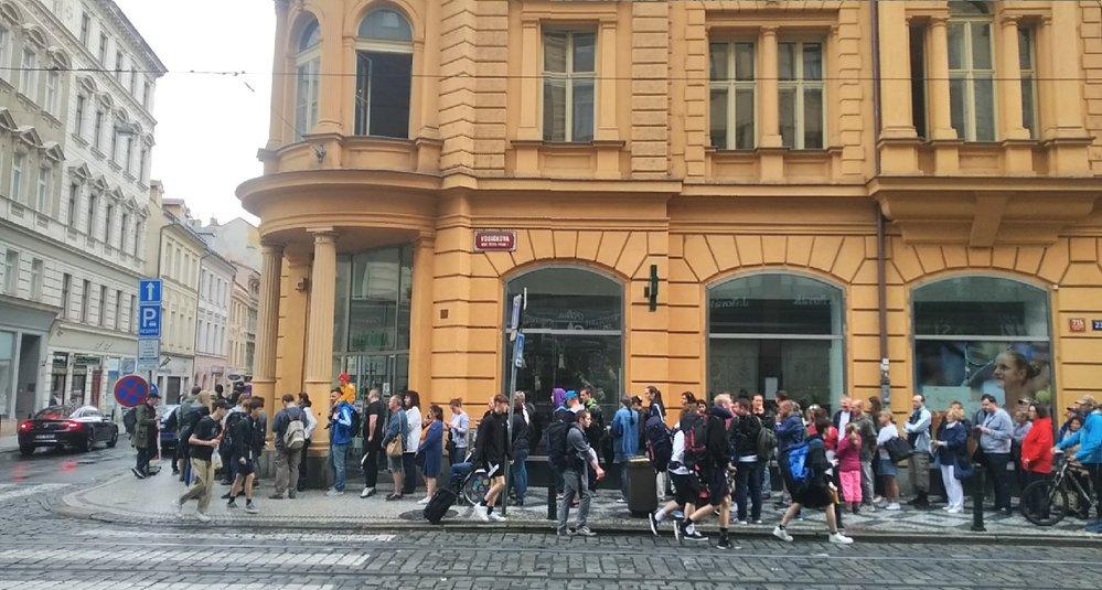 Fronta na prodej eurobankovky s Karlem Gottem (14. 7. 2019)