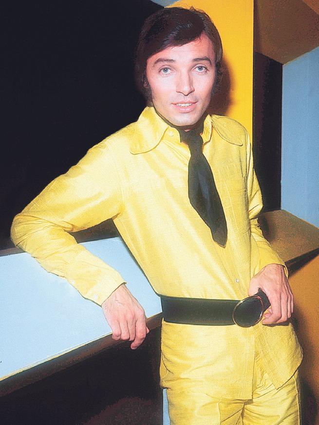 Karel žlutou zjevně miloval. Anebo ji volil, aby vynikl na televizní obrazovce.