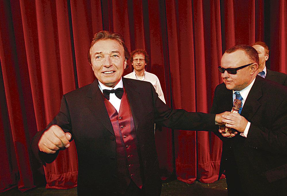 Karel si zahrál i ve videoklipu Doctora P.P., v němž Pečený touží po Gottově Slavíkovi.