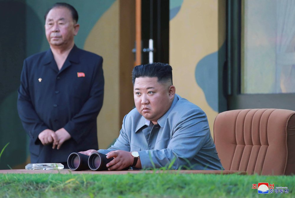 Severokorejský vůdce Kim Jong Un sleduje raketovou zkoušku v Severní Koreji. (25. července 2019)