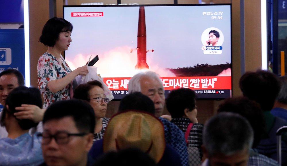 KLDR odpálila dvě balistické rakety. Zprávy o tom sledovali i lidé v jihokorejském Soulu (31. 7. 2019)