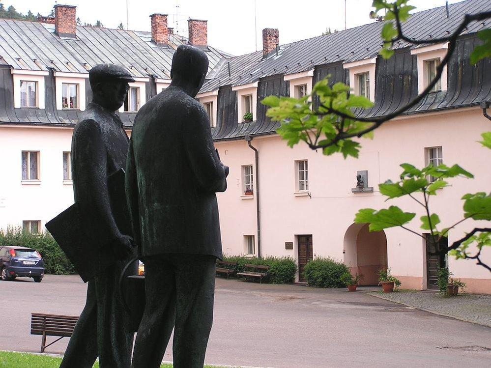 Výlet do kraje bratří Čapků: socha obou bratrů v Malých Svatoňovicích.