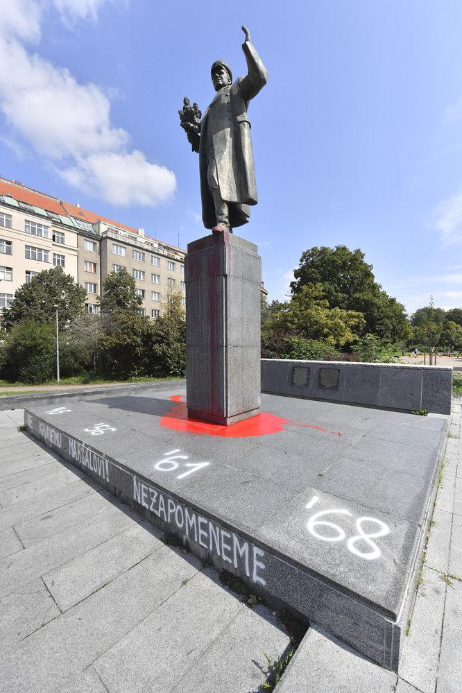 Sochu maršála Koněva v Praze 6 někdo potřísnil rudou barvou a popsal.
