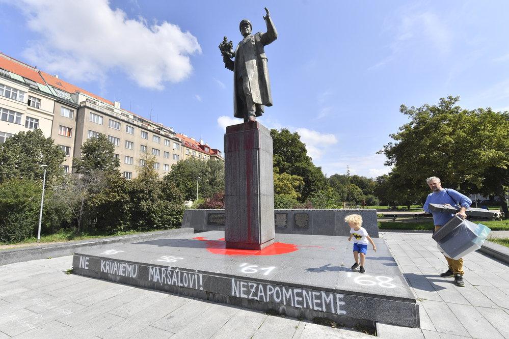 Sochu maršála Koněva v Praze 6 opět někdo potřísnil rudou barvou.