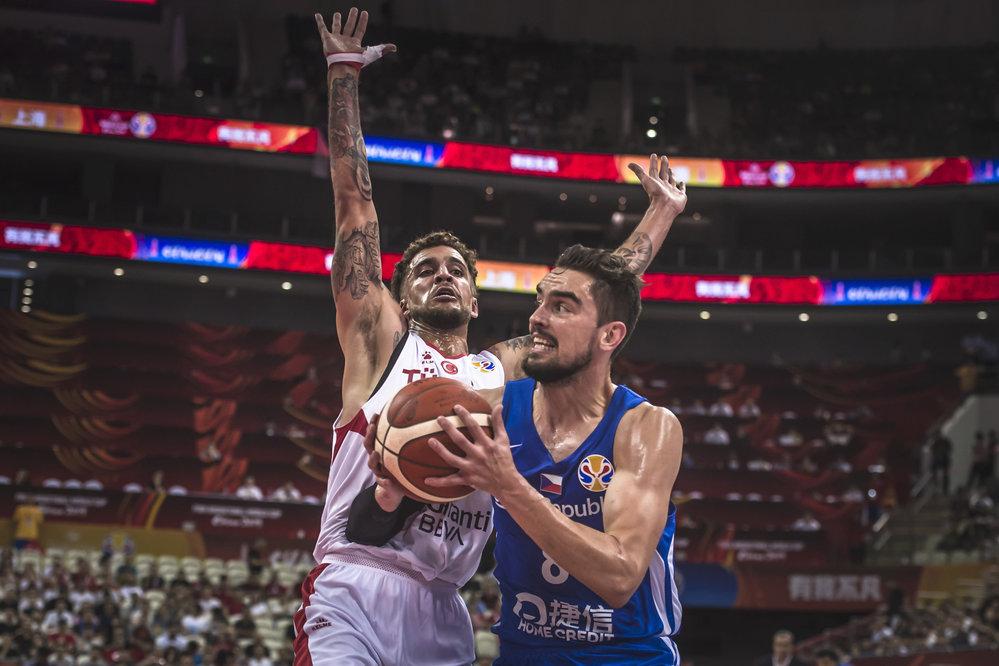 Tomáš Satoranský se snaží probít pod turecký koš.