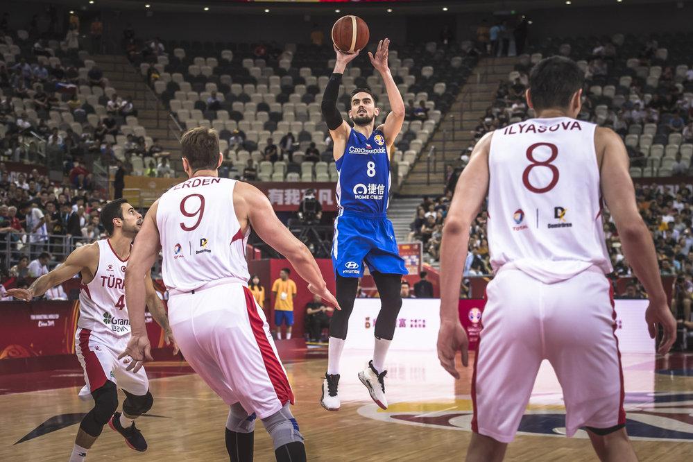 Tomáš Satoranský a jeho trojkový pokus v utkání proti Turecku.