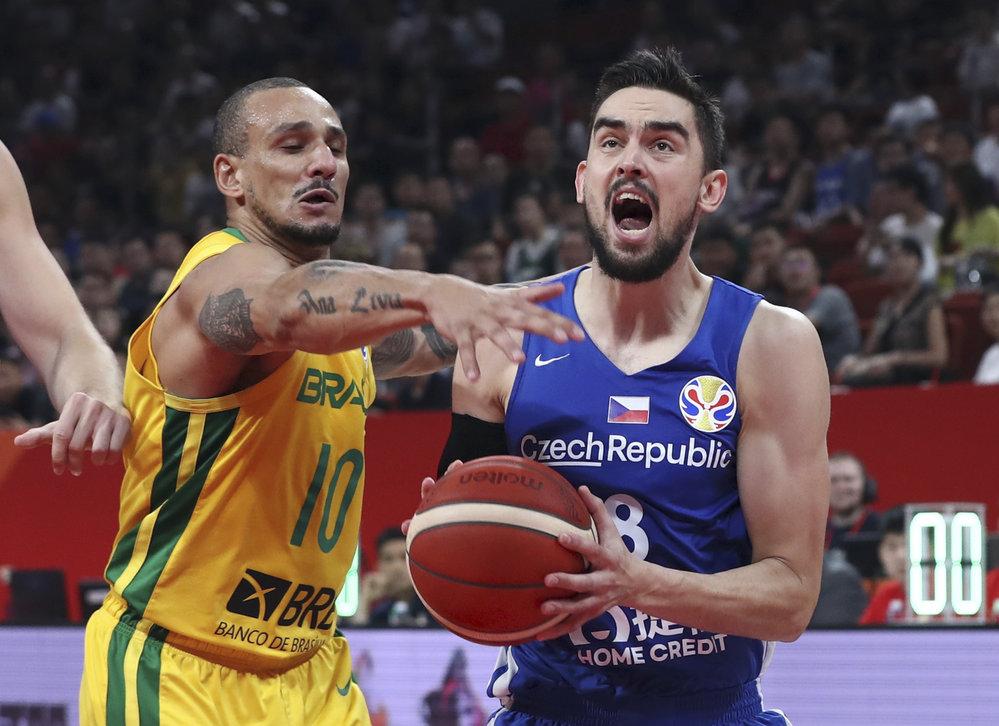 Alex Garcia se snaží zastavit Tomáše Satoranského