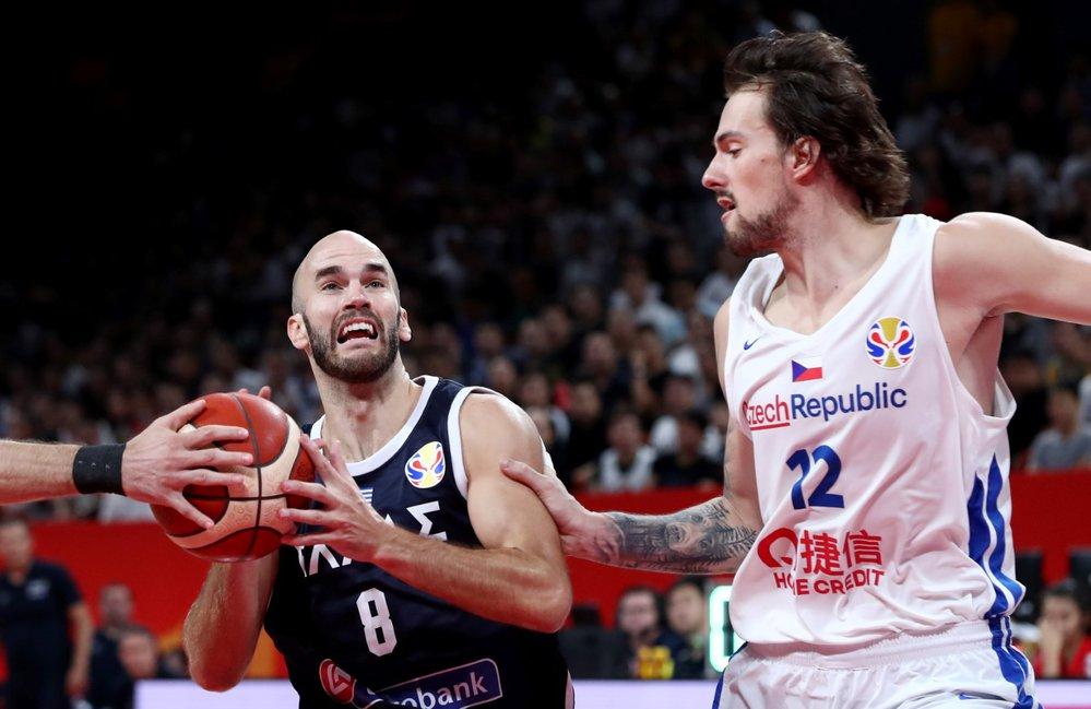Nick Calathes z Řecka v souboji s Ondřejem Balvínem