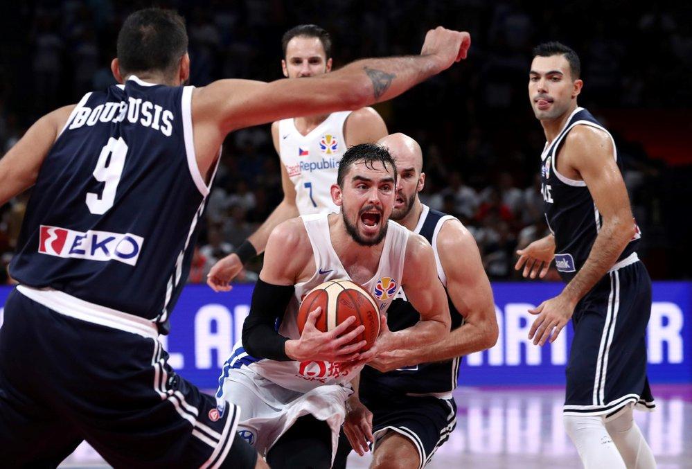 Tomáš Satoranský se snaží probít přes řeckou obranu v utkání na MS