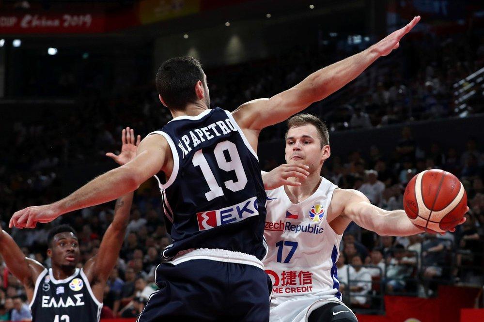 Český basketbalista Jaromír Bohačík v zápase osmifinálové skupiny MS proti Řecku
